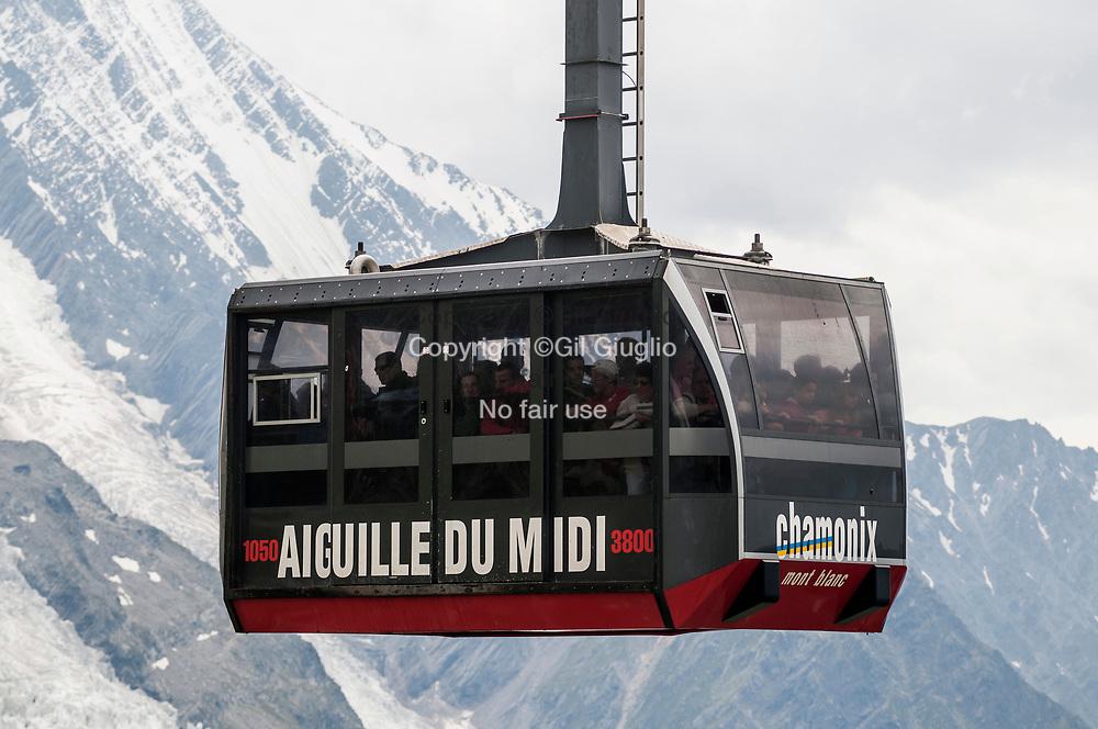 France, Auvergne Rhône-Alpes, Haute-Savoie (74), Chamonix, Pays du Mont Blanc, télécabine pour l'Aiguille du Midi // France, Auvergne Rhone-Alpes region, department of Haute-Savoie, Chamonix, Mount-Blanc area, the cable car to Aiguille du Midi