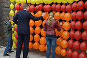 Koning Willem Alexander opent nieuw schoolgebouw Bartimeus, een organisatie voor blinden en slechtzienden.<br /> <br /> King Willem Alexander opens new school Bartimeus, an organization for the blind and visually impaired.<br /> <br /> Op de foto / On the photo: <br /> <br />  Koning Willem-Alexander prikt samen met twee leerlingen de ballonen lek om zo het gebouw officieel te openen  ////  <br /> King Willem-Alexander pricks along with two students balloons leak in order to open the building official