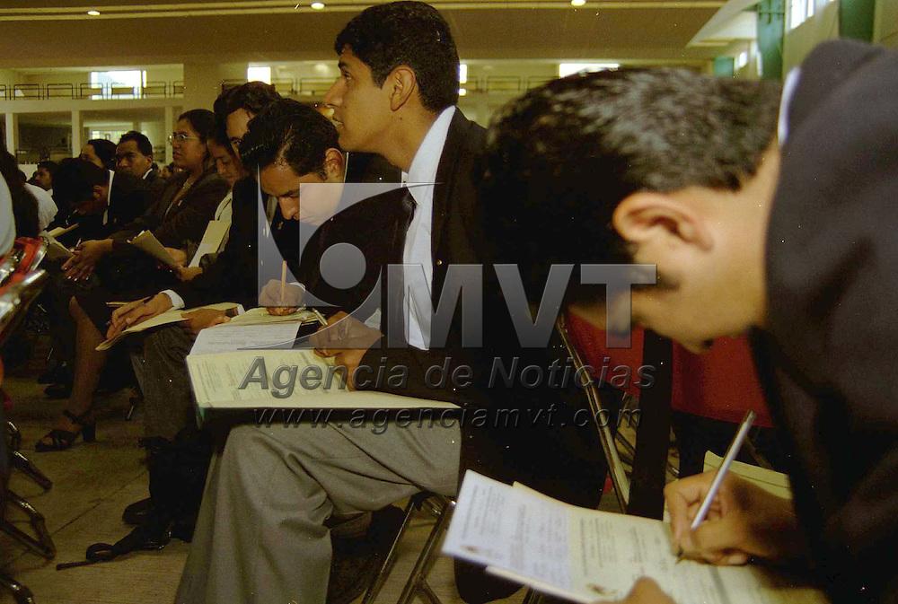 Toluca, Méx.-  Más de 2 mil 500  profesores egresados entregaron oficialmente su solicitud de ingreso al sistema educativo estatal. Agencia MVT/ Mario B. Arciniega