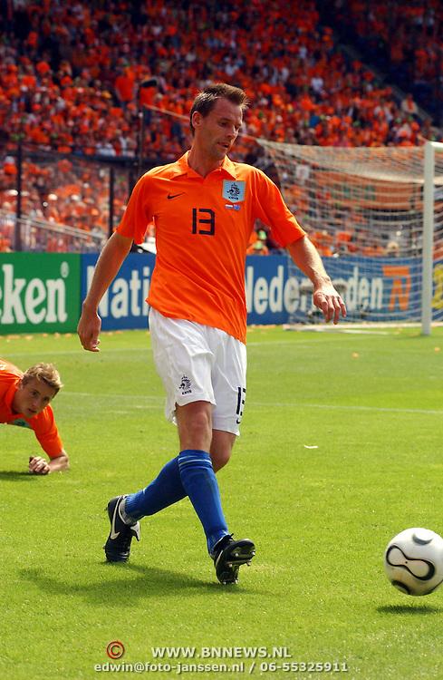 NLD/Rotterdam/20060604 - Vriendschappelijke wedstrijd Nederland - Australie, Andre Ooijer (13)