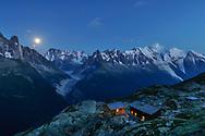 -- Beim Refuge du Lac Blanc mit Aig. Verte und Drus, Grandes Jorasses, Dent du Géant, Aig. de Chamonix und Mont Blanc (vlnr).