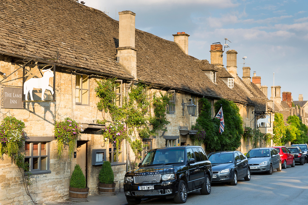 Range Rover 4 x 4 parked at The Lamb Inn,  traditional old gastro pub hotel in Burford in The Cotswolds, Oxfordshire, UK