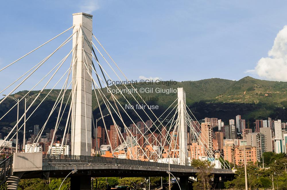 Colombie, Antioquia, Medellin, Comuna 14, quartier chic El Poblado et pont sur rivière Medellin // Colombia, Antioquia, Medellin, Comuna 14, upper district of El Poblado and bridge over Medellin river
