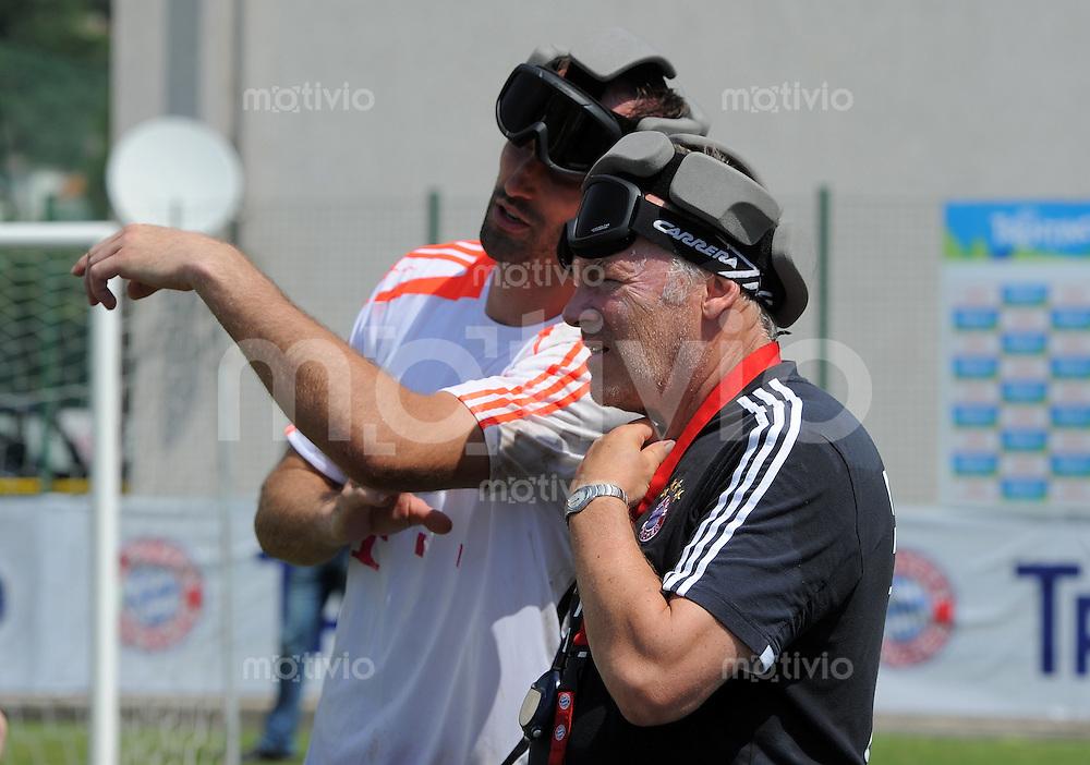 Fussball 1. Bundesliga:  Saison  Vorbereitung 2012/2013     Trainingslager des FC Bayern Muenchen 19.07.2012 Torwart Tom Starke mit Co Trainer Hermann Gerland (v. li., FC Bayern Muenchen)   spielt Blindenfussball