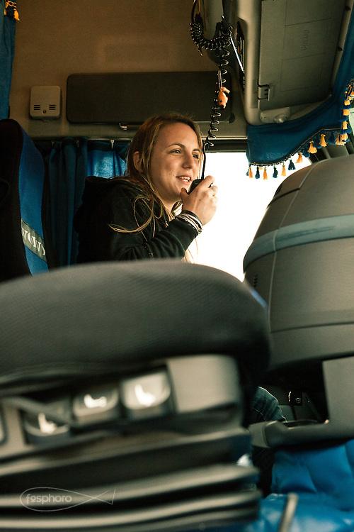 Verona - Juska (28), sul suo mezzo, comunica con gli altri colleghi tramite la radio. Il rapporto che è riuscita a creare con i colleghi maschi è prima di tutto basato sul rispetto.
