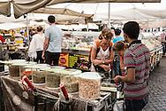 Roma, Lazio, Italia, 30/05/2016<br /> Turisti al mercato di Campo de' Fiori.<br /> <br /> Rome, Lazio, Italy, 30/05/2016<br /> Tourists at the Campo de' Fiori market.
