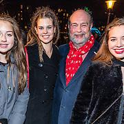 NLD/Amsterdam/20161222 - Première 32ste Wereldkerstcircus, Bert Simhoffer en partner Yvette van Damme met hun dochters