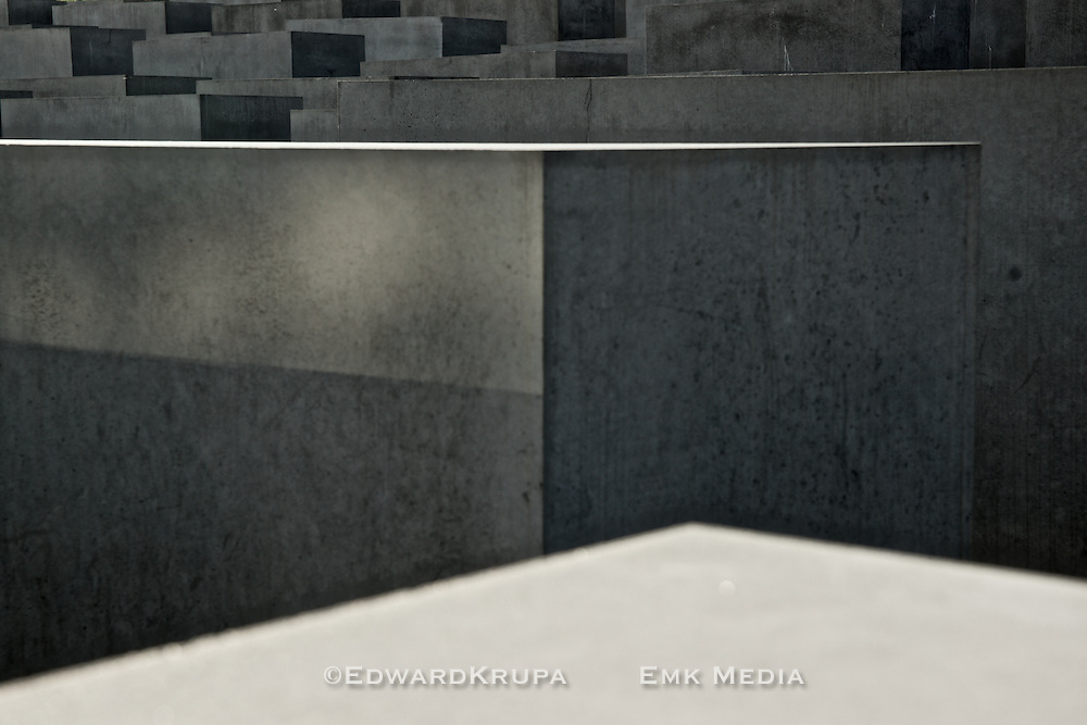 Memorial to the murdered Jews of Europe.<br /> Consists of 2,711 concrete slabs or syelae,one for each page of the Talmud.<br /> architect:Peter Eisenman<br /> engineer:Bruce Happold