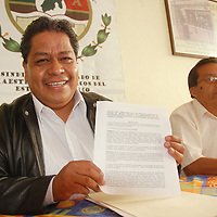 Toluca, Mex.- Luis Zamora Calzada, líder del sindicato único de maestros y académicos del Estado de México SUMAEM, en conferencia de prensa señalo que han solicitado el apoyo de la Comisión Nacional de los Derechos Humanos para la reinstalación de los maestros. Agencia MVT / José Hernández. (DIGITAL)<br /> <br /> <br /> <br /> NO ARCHIVAR - NO ARCHIVE