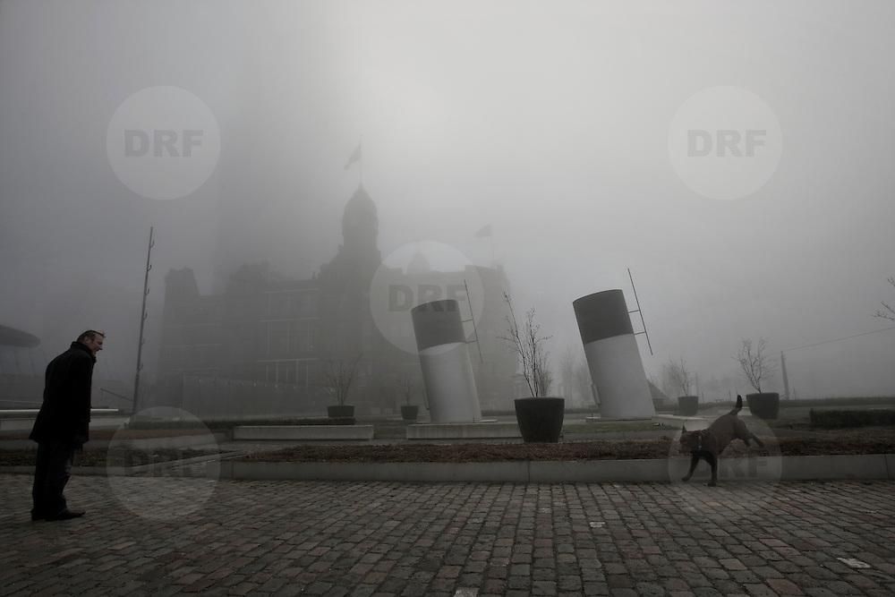 Nederland Numansdorp 7 maart 2009 20090307 Foto: David Rozing ..Mist in de ochtend, man laat hond uit.  Foggy weather in the morning, man walking the dog..Foto: David Rozing