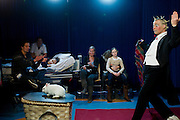 In het UMC-WKZ (Wilhemina Kinderziekenhuis) in Utrecht treedt het wintercircus op. De voorstelling is een cadeau aan de kinderen van het ziekenhuis. Ook zal het Wintercircus, dat van 17 december tot en met 2 januari in Utrecht staat, een deel van de opbrengsten doneren aan Stichting Vrienden van het Wilhemina Kinderziekenhuis.<br /> <br /> At the Wilhemina Child hospital in Utrecht the wintercircus is giving a performance. It is a present from the circus to the children of the hospital.