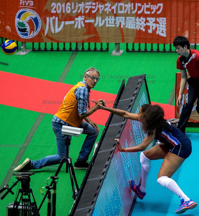 20-05-2016 JAP: OKT Italie - Nederland, Tokio<br /> De Nederlandse volleybalsters hebben een klinkende 3-0 overwinning geboekt op Italië, dat bij het OKT in Japan nog ongeslagen was. Het met veel zelfvertrouwen spelende Oranje zegevierde met 25-21, 25-21 en 25-14 / Willem Held, media camera, snapshot ziet hoe Celeste Plak #4 achter de bal aanrent maar vergeet te filmen