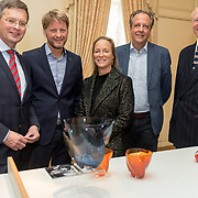 NLD/Den Haag/20190919 - Prinses Margarita exposeert op Masterly The Hague, Prinses Margarita geeft uitleg over haar ontworpen oranje vaasje '75 jaar vrijheid'  aan Jan Peter Balkenende, Prins Pieter Christiaan, Alexander Pechteld, Willem Jan Hoogstede