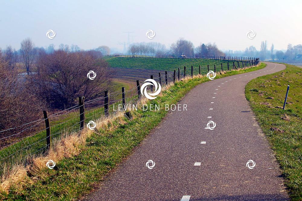 HURWENEN - Tussen Rossum en Hurwenen is een mooi stuk dijk waar je heerlijk kunt fietsen. FOTO LEVIN DEN BOER - PERSFOTO.NU