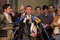 12 DEC 2003, BERLIN/GERMANY:<br /> Wilhelm Schmidt, SPD, 1. Parl. Geschaeftsfuehrer SPD BT-Fraktion,  gibt ein Pressestatement, Sitzung des Vermittlungsausschusses, Bundesrat<br /> IMAGE: 20031212-01-086<br /> KEYWORDS: Mikrofon, microphone, Pressekonferenz, Journalist, Journalisten
