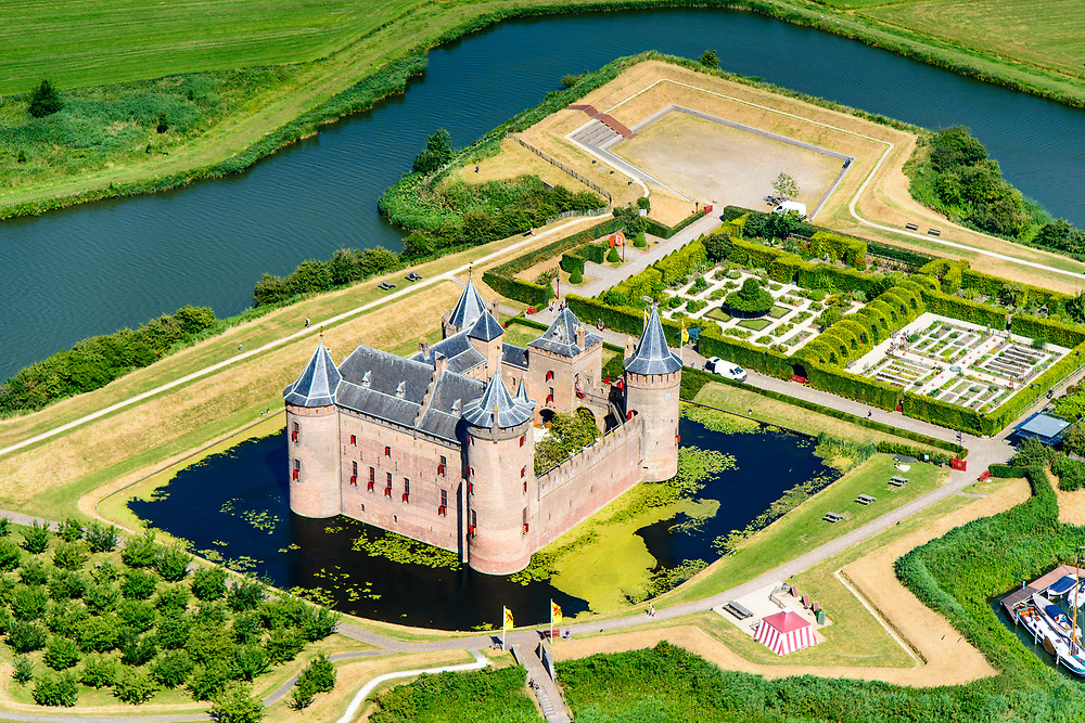 Nederland, Noord-Holland, Gooise Meren, 29-06-2018; Rijksmuseum Het Muiderslot. Middeleeuws kasteel, inclusief een gerestaureerde moestuin en een kruidentuin. Vesting Muiden.<br /> Muiderslot, medieval castle, including a restored kitchen garden and a herb garden.<br /> luchtfoto (toeslag op standard tarieven);<br /> aerial photo (additional fee required);<br /> copyright foto/photo Siebe Swart