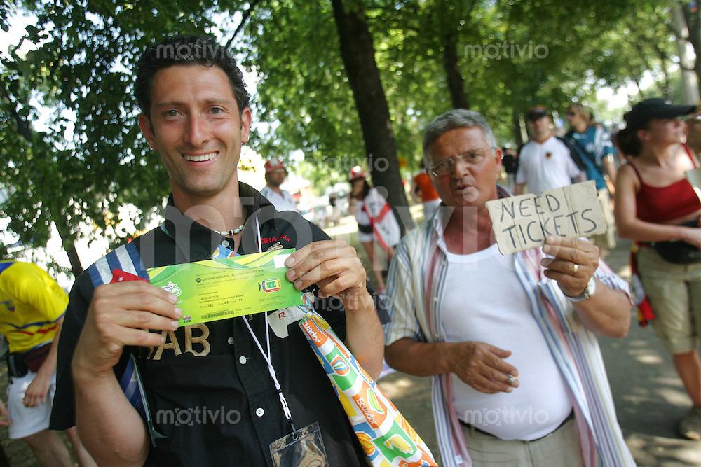 Feature Tickets          Ein fan hat soeben ein Schwarzmarktticket fuer 300 Euro gekauft, vor dem Stadion in Stuttgart.