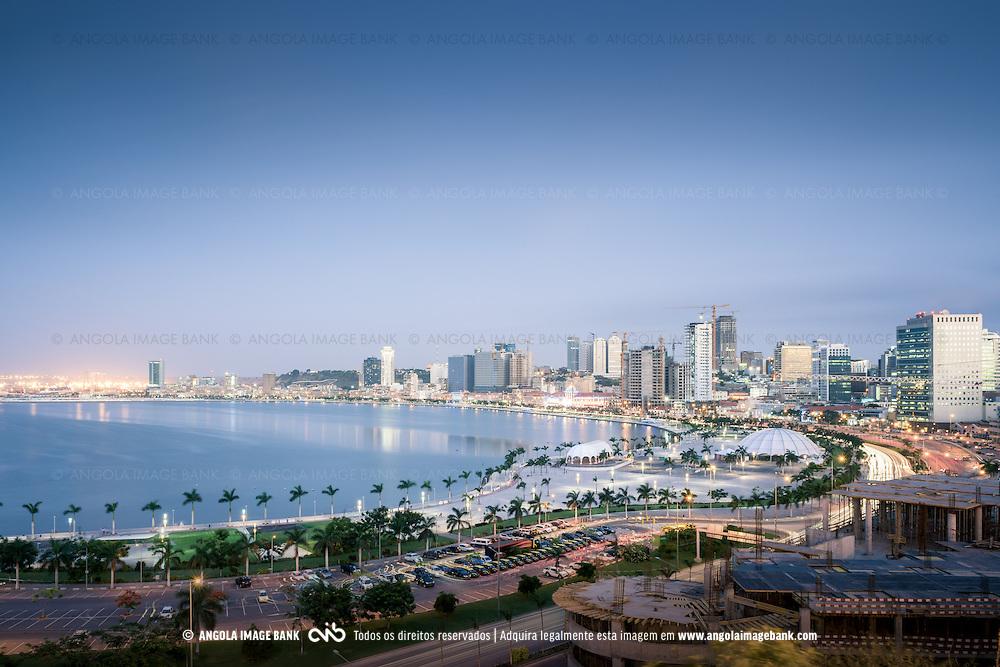 Luanda ao cair da noite e a nova baía vista da Fortaleza São Miguel, Museu das Forças Armadas. Angola.