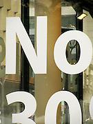 Buchstaben, Zeichen, bilder, boden, choses, daily life, details, dinge, fleck, floor, graffiti, grau, lettres, rot, signs, symbole, symboles, symbolics, things, werbung, vitrine, Schaufenster, Schrift, écriture, writing, Handwriting