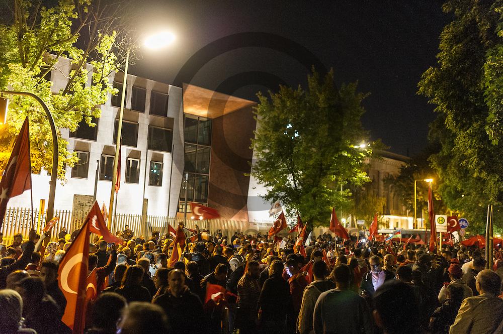 Ca 3000 Demonstranten demonstrierten am 16.07.2016 vor der tuerkischen Botschaft in Berlin, Deutschland gegen den Putschversuch in der Tuerkei. Foto: Markus Heine / heineimaging<br /> <br /> ------------------------------<br /> <br /> Ver&ouml;ffentlichung nur mit Fotografennennung, sowie gegen Honorar und Belegexemplar.<br /> <br /> Bankverbindung:<br /> IBAN: DE65660908000004437497<br /> BIC CODE: GENODE61BBB<br /> Badische Beamten Bank Karlsruhe<br /> <br /> USt-IdNr: DE291853306<br /> <br /> Please note:<br /> All rights reserved! Don't publish without copyright!<br /> <br /> Stand: 07.2016<br /> <br /> ------------------------------