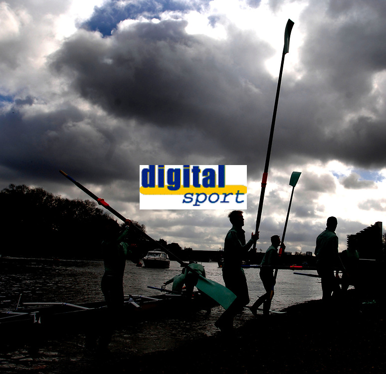 Photo: Daniel Hambury.<br />Varsity Boat Race Preview Day. 29/03/2006.<br />Cambridge bring their oars in after practice.