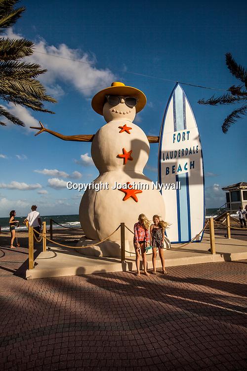 20151122 Fort Lauderdale  Florida USA <br /> Sn&ouml;gubbe med surfbr&auml;da vid<br /> FT Lauderdale beach<br /> <br /> FOTO : JOACHIM NYWALL KOD 0708840825_1<br /> COPYRIGHT JOACHIM NYWALL<br /> <br /> ***BETALBILD***<br /> Redovisas till <br /> NYWALL MEDIA AB<br /> Strandgatan 30<br /> 461 31 Trollh&auml;ttan<br /> Prislista enl BLF , om inget annat avtalas.