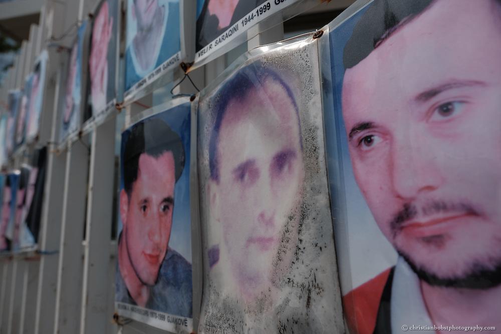 Noch heute prangen in Zentrum von Pristina Fotos von Menschen, die im blutigen Jugoslawienkrieg verschwunden sind.