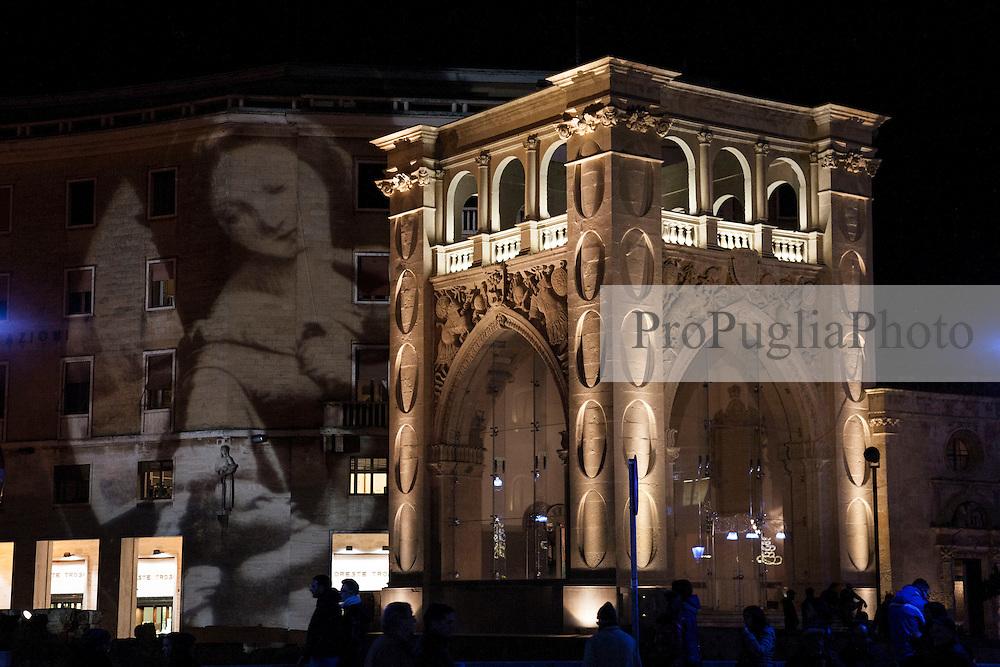 """Il Palazzo del Seggio, più conosciuto come """"Il Sedile"""", è un palazzo del centro storico di Lecce, sito in piazza Sant'Oronzo. Risale alla fine XVI secolo. L'edificio fu costruito nel 1592 su incarico dell'allora sindaco veneziano Pietro Mocenigo, in sostituzione del vecchio abbattuto nel 1588..La struttura, un'interessante mescolanza di spirito gotico e rinascimentale, è caratterizzata da quattro pilastri forati ad ovuli che incorporano una colonna, fra cui si aprono grandi arcate ogivali a sesto acuto sormontate da logge e decorate da trofei. Il tipo di pilastro angolare richiama il tipo ideato con molta probabilità da Gabriele Riccardi: lo stesso pilastro si può vedere, infatti, anche all'angolo della fiancata destra della Basilica di Santa Croce. Anticamente, come si osserva in stampe d'epoca della piazza, l'edificio era completato anche da un orologio sormontato da due statue.."""