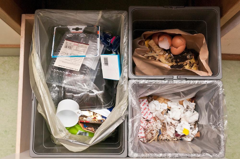 Blick in drei verschiedene Mülleimer sortert nach Verpackungsmüll,Biomüll und Restmüll  |  three kinds of garbage - waste  |