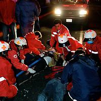 Toluca, Méx.- Paramedicos de la Cruz Roja prestan los primeros auxilios de urgencia a dos jovenes que resultaron lesionados el impactar su vehiculo contra la malla protectora de una escuela en la avenida Lerdo de esta ciudad, mientras que un tercer ocupante perdio la vida en el accidente. Los paramedicos tuvieron que peregrinar con el herido Eduardo Marure de 18 años de edad, en estado grave tres hospitales del sector salud y tuvieron que pasar mas de dos horas para que recibiera atencion medica, hasta que fue contactado su padre que autorizo su ingreso en un hospital privado. Agencia MVT / Mario Vazquez de la Torre. (DIGITAL)<br /> <br /> NO ARCHIVAR - NO ARCHIVE