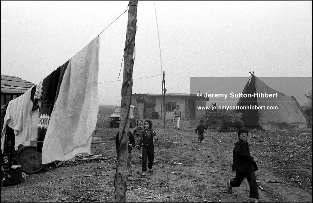 THE STANESCU HOUSEHOLDS, SINTESTI, ROMANIA. NOVEMBER 1996..©JEREMY SUTTON-HIBBERT 2000..TEL. /FAX.+44-141-649-2912..TEL. +44-7831-138817.