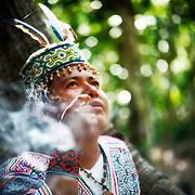 Walter Lopez est shipibo du Péru en visite dans l'acre chez ses cousins Yawanawas. Il est venu partager son savoir et sa médecine traditionnelle. | Walter Lopez e Shipibo do Peru. Em viajem no Acre pra apprender e compartilhar a sabedoria da médicinal traditionnel com os primos dele: o poco Yawanawa.