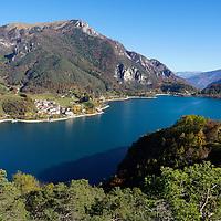 I colori accesi delle montagne durante la stagione autunnale fanno da cornice all'azzurro acceso del lago di Ledro