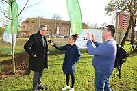 Mannheim. 22.11.17 | <br /> Feudenheim. Vor der ehemaligen US Kaserne Spinelli. Hier soll die Bundesgartenschau 2023 stattfinden.<br /> Die BUGA 2023 in Mannheim r&uuml;ckt n&auml;her. Mit dem Konzept &bdquo;Mannheim verbindet&ldquo; entsteht bis 2023 innerst&auml;dtisch eine neue Parklandschaft &ndash; f&uuml;r eine bessere Lebensqualit&auml;t und ein angenehmeres Stadtklima. Als Auftakt zur BUGA Mannheim 2023 wird deshalb direkt im Zentrum des Gartenschaugel&auml;ndes eine Esskastanie (Castanea sativa), Baum des Jahres 2018, gepflanzt. <br /> - Oberb&uuml;rgermeister Dr. Peter Kurz (SPD) im Interview<br /> <br /> Bild: Markus Prosswitz 22NOV17 / masterpress (Bild ist honorarpflichtig - No Model Release!) <br /> BILD- ID 00594 |