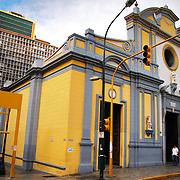 """IGLESIA DE SAN FRANCISCO<br /> Caracas - Venezuela 2008<br /> Photography by Aaron Sosa<br /> <br /> La Iglesia de San Francisco es un templo religioso de culto católico bajo la advocación de San Francisco de Asís de la ciudad de Caracas, en Venezuela.<br /> Este edificio está declarado """"Monumento Nacional"""" según Gaceta Oficial Nº 25.020 de fecha 6 de abril de 1956.<br /> Se encuentra entre las esquinas de San Francisco y la Bolsa en la avenida Universidad, en el casco central de esa ciudad en la Parroquia Catedral del Municipio Libertador.<br /> Al frente de la iglesia se encuentra la famosa ceiba de San Francisco, un árbol de aproximadamente 150 años de edad y que también forma parte del patrimonio de la ciudad."""