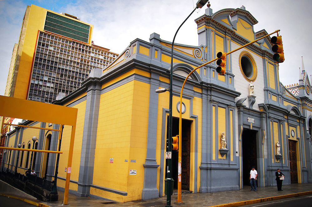 IGLESIA DE SAN FRANCISCO<br /> Caracas - Venezuela 2008<br /> Photography by Aaron Sosa<br /> <br /> La Iglesia de San Francisco es un templo religioso de culto cat&oacute;lico bajo la advocaci&oacute;n de San Francisco de As&iacute;s de la ciudad de Caracas, en Venezuela.<br /> Este edificio est&aacute; declarado &quot;Monumento Nacional&quot; seg&uacute;n Gaceta Oficial N&ordm; 25.020 de fecha 6 de abril de 1956.<br /> Se encuentra entre las esquinas de San Francisco y la Bolsa en la avenida Universidad, en el casco central de esa ciudad en la Parroquia Catedral del Municipio Libertador.<br /> Al frente de la iglesia se encuentra la famosa ceiba de San Francisco, un &aacute;rbol de aproximadamente 150 a&ntilde;os de edad y que tambi&eacute;n forma parte del patrimonio de la ciudad.