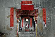 Un petit autel à la dessée Guanyin au milieu d'une maison ronde.