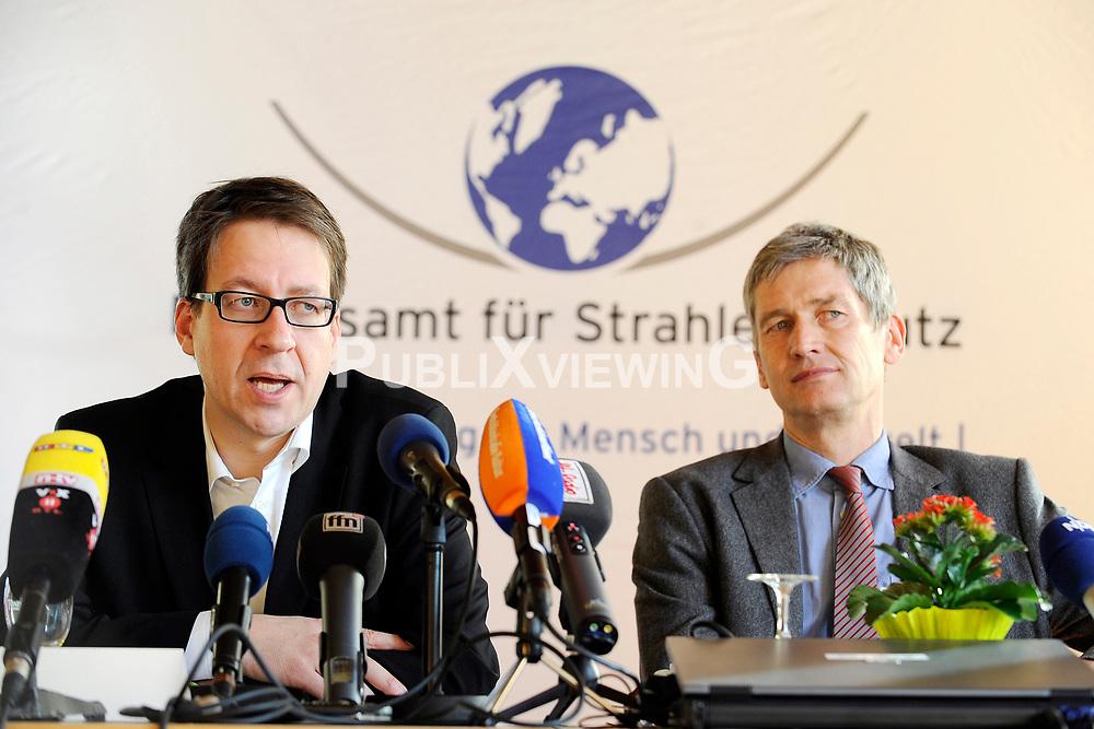 Pressekonferenz von Niedersachens Umweltminister Stefan Birkner (FDP) anl&auml;sslich seines Besuchs im Zwischenlager Gorleben. Im Bild (von links): Umweltminister Stefan Birkner (FDP) und der Pr&auml;sident des Amts f&uuml;r Strahlenschutz (BfS) Wolfram K&ouml;nig (Gr&uuml;ne) <br /> <br /> Ort: Gorleben<br /> Copyright: Annett Melzer<br /> Quelle: PubliXviewinG
