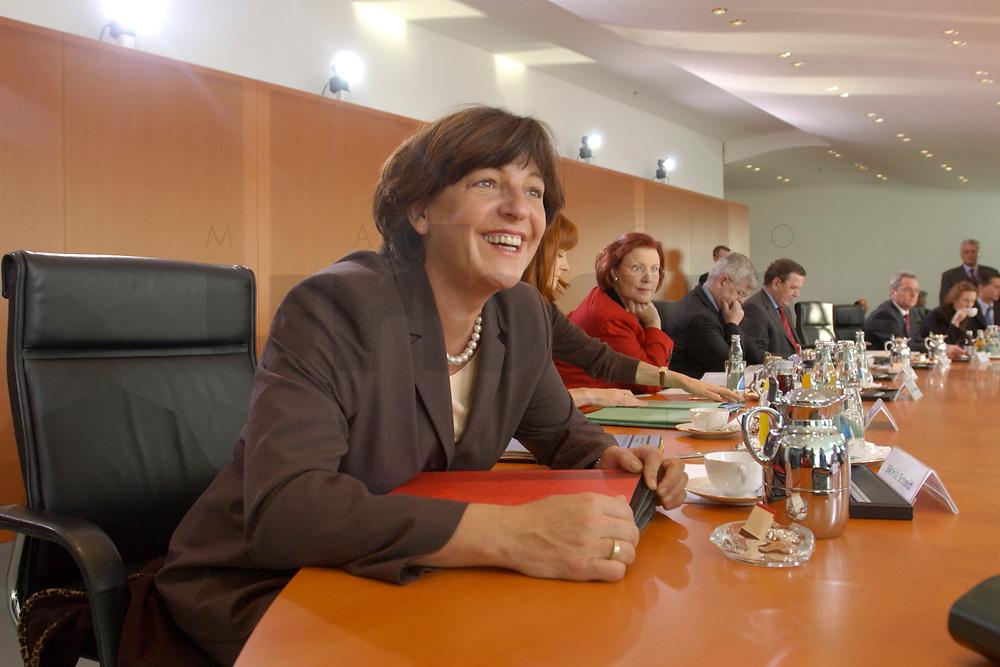 13 NOV 2002, BERLIN/GERMANY:<br /> Ulla Schmidt, SPD, Bundesgesundheitsministerin, vor Beginn der Kabinettsitzung, Bundeskanzleramt<br /> IMAGE: 20021113-01-015<br /> KEYWORDS: Kabinett, Sitzung