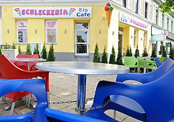 """15.06.2011, Eissalon Schleckeria, Wien, AUT, Italienische Polizeieinheiten haben Freitag frueh die gesuchte eissalonbesitzerin Goidsargi estibaliz C. im Ortszentrum von Udine, Italien, verhaftet. Demnach wurde die 32-Jaehrige Chefin des Eissalon """"Schleckeria"""" von mobilden Einheiten in der Naehe des Bahnhofs gestellt. Gegen Goidsargi Estibaliz C. bestand nach dem Fund von Teilen zweier einbetonierter Leichen in ihrem Kellerabteil in Wien Meidling ein EU-Haftbefehl. Verdaechtigt wurde die gebuertige Spanierin, nachdem diese nach der Entdeckung der Leichen anfangs dieser Woche die Flucht ergriffen hatte. Eine der Leichen ist ihr vermisster Ex-Freund Manfred H. Vom Zweiten Toten wurde bisher nur der Kopf gefunden, es duerfte sich dabei um ihren deutschen Ex-Ehemann Manfred H. handeln. Hier im Bild Eissalon Schleckeria, Fuer die unter Mordverdacht stehende Goidsargi Estibaliz C., gilt die Unschuldsvermutung! EXPA Pictures © 2011, PhotoCredit: EXPA/ M. Gruber"""