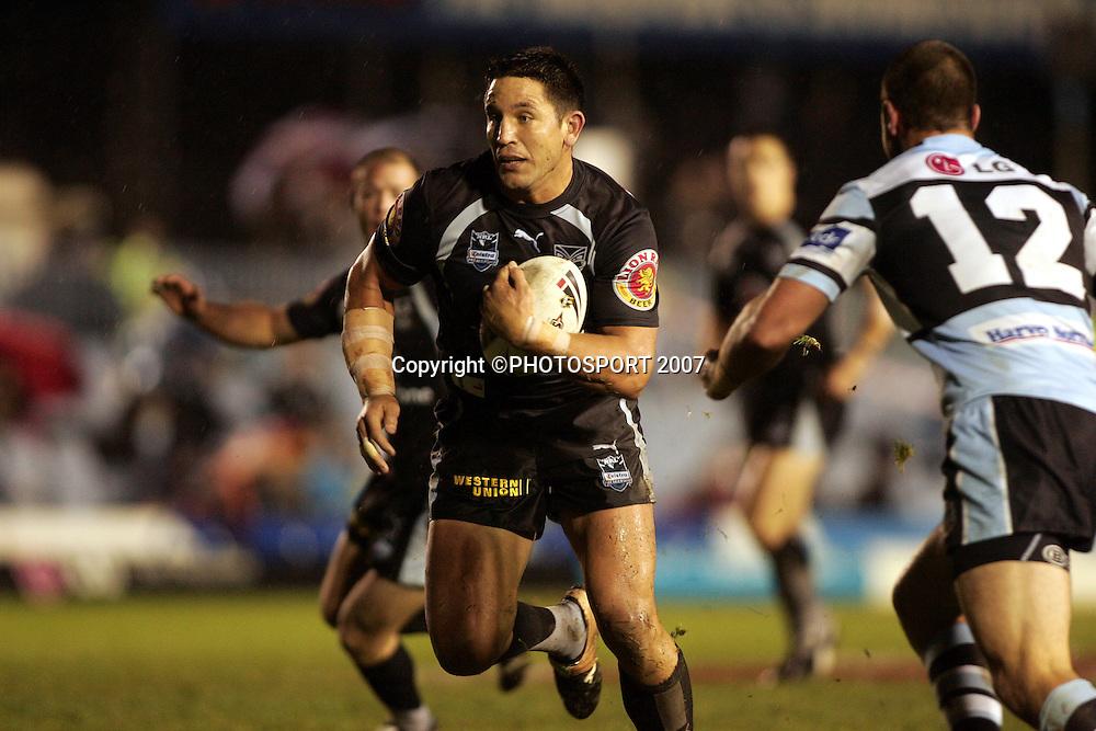 Steven Price runs.<br /> Sharks v Warriors. NRL.<br /> Toyota Park, Cronulla, Australia.<br /> Saturday 16 June 2007. <br /> Photo: Paul Seiser/PHOTOSPORT<br /> #NO COMMERCIAL USE#