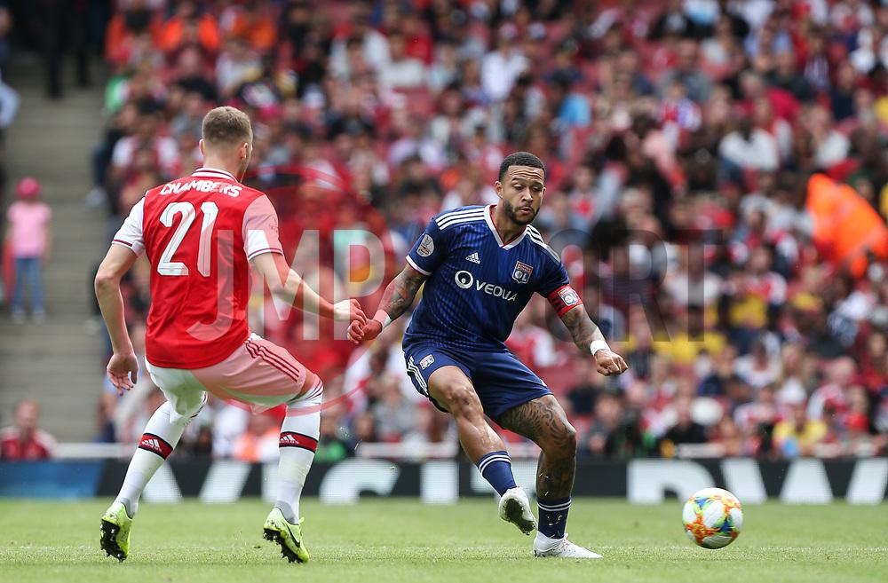 Memphis Depay of Lyon  passes the ball under pressure - Mandatory by-line: Arron Gent/JMP - 28/07/2019 - FOOTBALL - Emirates Stadium - London, England - Arsenal v Olympique Lyonnais - Emirates Cup