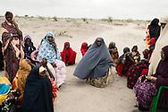 Somali kenyanske kvinderne sidder ved vandtanken og venter p&aring; at h&oslash;rer sophia tale til dem.<br /> <br /> Sophia Abdi Noor p&aring; valgkampagne i landsbyen Gababa som ligger nord for Tana River, som har v&aelig;ret plaget af d&oslash;delige sammenst&oslash;d mellem pastoralister -som ofte er somaliske kenyanere og jorddyrkere langs med foden bred. Sammenst&oslash;dende har handlet om adgang til vandressurserne og gr&aelig;sning af pastoralisternes f&aring;r og kv&aelig;g p&aring; den frugtbare jord.