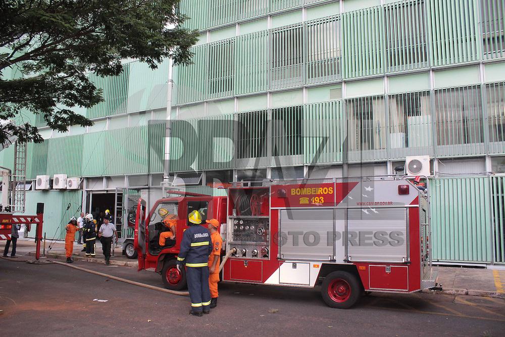 BRASÍLIA,DF 19 DE FEVEREIRO 2013. PRINCÍPIO DE INCÊNDIO NO PRÉDIO DOS MINISTÉRIOS DAS COMUNICAÇÕES E MINISTÉRIO DOS TRANSPORTES.  Nesta tarde de terça feira 19, um princípio de incêndio no prédio dos Ministérios das Comunicações e Transportes em Brasília. Ninguem ficou ferido..FOTO RONALDO BRANDAO/BRAZIL PHOTO PRESS
