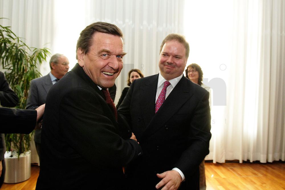 18 APR 2005, BERLIN/GERMANY:<br /> Gerhard Schroeder (L), SPD, Bundeskanzler, und Utz Claassen (R), Vorstandsvorsitzender EnBW, 5. Innovationsgipfel der Partner fuer Innovation, Hauptstadtrepraesentanz Deutsche Telekom AG<br /> IMAGE: 20050418-02-007<br /> KEYWORDS: Gerhard Schröder