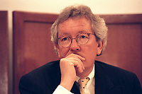 "31 MAR 2000, BERLIN/GERMANY:<br /> Dr. Stephan Holthoff-Pförtner, Rechtsanwalt von Helmut Kohl, während einer Pressekonferenz ""Hat sich unser Mandant, Herr Bundesknazler a. D. Dr. Helmut Kohl, durch sein Verhalten in der Parteispendenaffäre strafbar gemacht?"", Four Seasons Hotel <br /> IMAGE: 20000331-01/02-14<br /> KEYWORDS: Stephan Holthoff-Pfoertner"