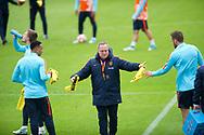 KATWIJK - Coach Dick Advocaat praat met zijn assistent Ruud Gullit  Arjen Robben na de training van het Nederlands Elftal. Oranje is in voorbereiding voor de WK kwalificatie wedstrijd tegen Luxemburg.  copyright robin utrecth