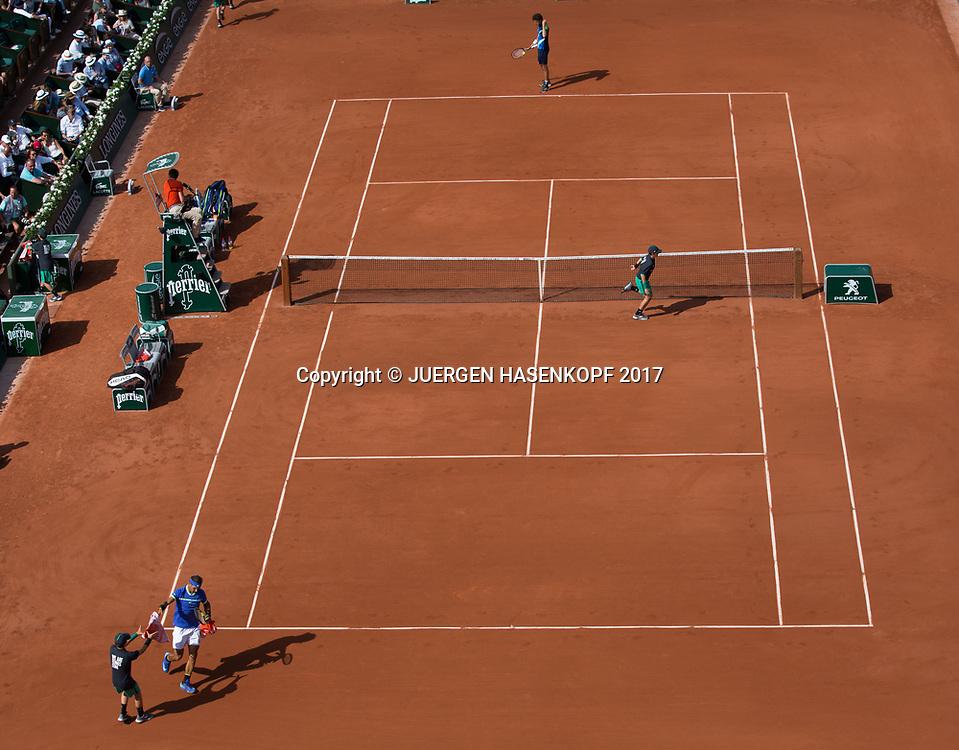 French Open 2017 Feature, vorne Rafael nadal, hinten Robin Haase auf dem Court Philippe Chatrier kurz vor Spielanfang,,von oben,<br /> <br /> Tennis - French Open 2017 - Grand Slam / ATP / WTA / ITF -  Roland Garros - Paris -  - France  - 31 May 2017.