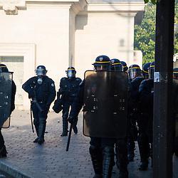 Policiers et gendarmes des Compagnies R&eacute;publicaines de S&eacute;curit&eacute; (CRS), Compagnie d'Intervention (CI) et Escadrons de Gendarmerie Mobile (EGM) le 1er mai 2016 en maintien de l'ordre lors du trajet et de la dispersion  place de la Nation de la manifestation du 1er mai contre la Loi Travail.<br /> Mai 2016 / Paris (75) / FRANCE<br /> Voir le reportage complet (93 photos)<br /> http://sandrachenugodefroy.photoshelter.com/gallery/2016-05-MO-manifestation-1er-mai-Complet/G0000WfHkRbew9sM/C0000yuz5WpdBLSQ