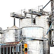 Metallic silos with minimal color